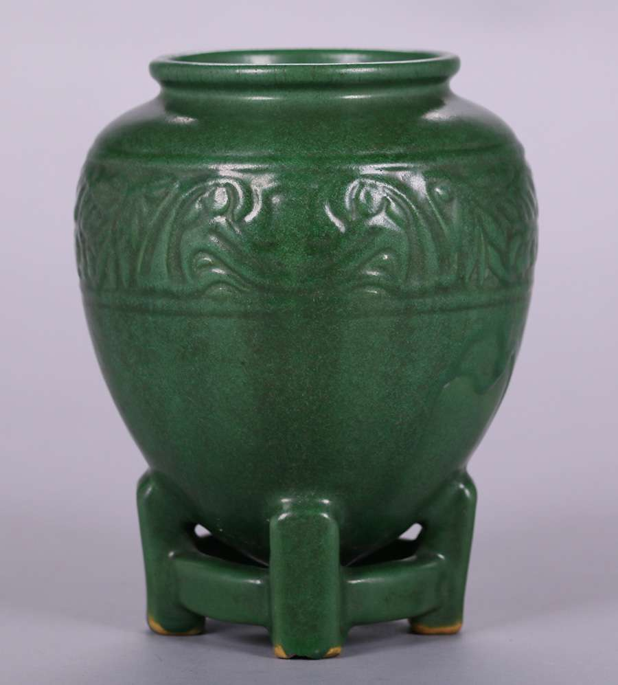 D Exhibition Stand : Weller matte green vase on footed base california